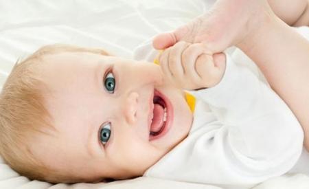 معجزه... طفل عمره 3 أشهر ينطق بكلمة أدهشت مَن سمِعها..! (فيديو)